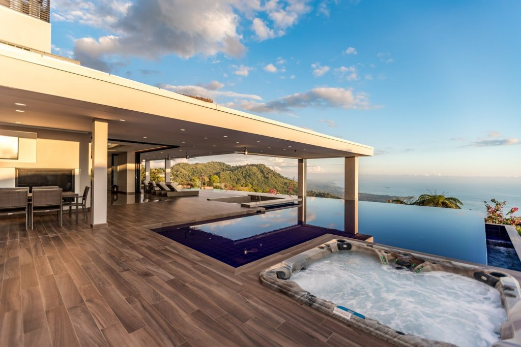 House with infinity pool, overlooking ocean. Photo: 2costaricarealestate.com